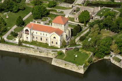 Vértesszőlős – Tata, Tatai vár (Zsigmond király és az Eszterháziak nyomában)